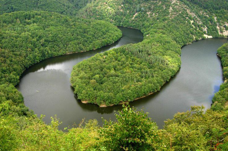 Dans les Combrailles, région naturelle s'étirant du Puy-de-Dôme à l'Allier en passant par la Creuse, la rivière Sioule serpente au cœur de la nature en dessinant d'amples boucles parmi lesquelles le Méandre de Queuille. ©  MYRIAM MORLET - Fotolia.com - Auvergne