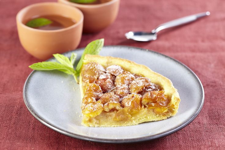 Préchauffez votre four Th. 6/7 (200°C). Coupez les mirabelles en deux et si besoin dénoyautez-les. Déroulez la pâte dans votre moule à tarte en conservant la feuille de cuisson. Saupoudrez-la de sucre en poudre et de semoule de blé. Répartissez les mirabelles sur la pâte. Faites cuire environ 30 à 35 minutes dans votre four.