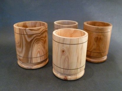 Pots à crayon en bois tourné de 4 essences différentes ( cyprès , noyer , cerisier , thuya ) les dimensions sont les suivantes :  hauteur environ 110 mm diamètre : environ 8 - 3995845