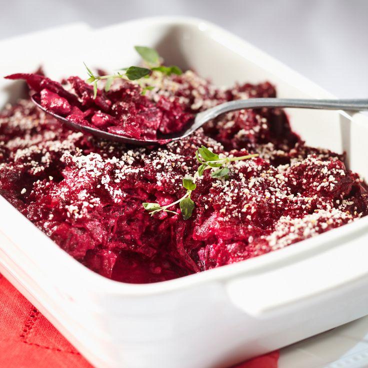 Mehevässä punajuurilaatikossa maistuu sinihomejuusto. Tarjoa punajuurivuoka joulupöydässä tai lisäkkeenä lihan kanssa.