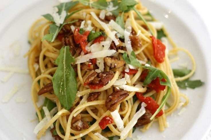 5 or less: Spaghetti met geroosterde paprika. Men neme (voor 4 personen): 300 gram volkoren spaghetti, 1 pot gerookte paprika's, 120 gram pecannoten, 1 grote zak rucola (150 gram), 1 stuk Parmezaanse kaas (je gebruikt niet alles)
