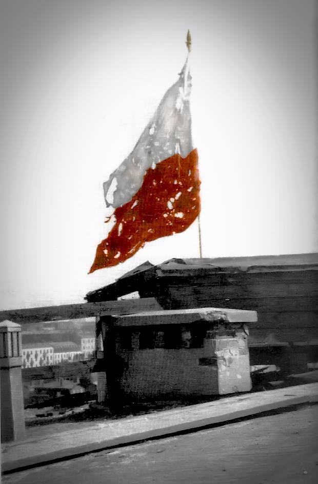 Flaga z przestrzelinami na Dworcu Pocztowym przy ulicy Żelaznej miedzy ulicą Chmielną a Alejami Jerozolimskimi, w ostatnich dniach Powstania Warszawskiego.