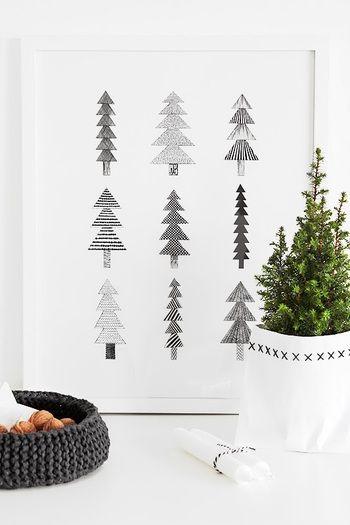 ツリーが描かれたイラストと小さなツリー。  大人可愛く、洒落たアレンジメント。 クリスマス