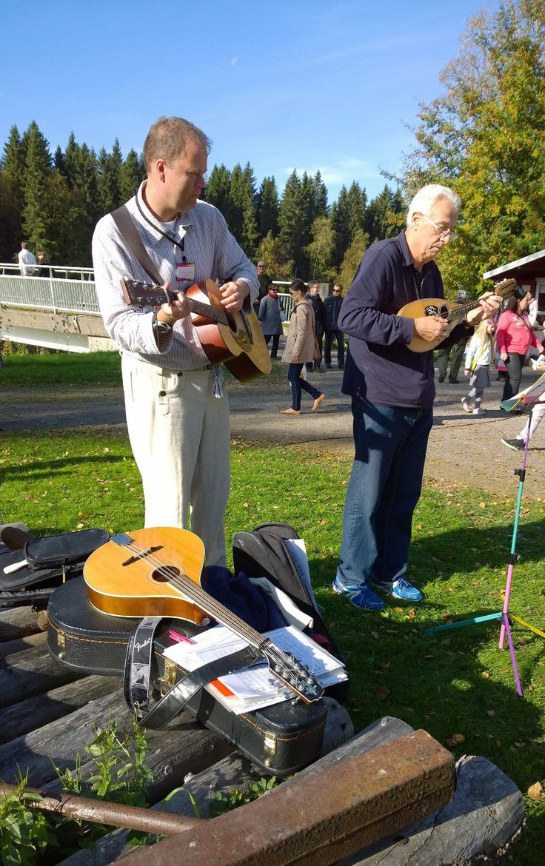 Pelimannit nostattavat musisoinnillaan markkinatunnelmaa yhdessä auringon kanssa. Oulu (Finland)
