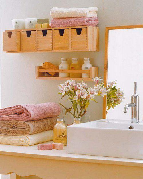 badeinrichtung schwebende kleine Regale aus hellem Holz
