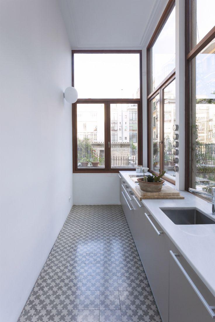 Se creó una cocina interior conectada al salón, además de la otra cocina luminosa conectada a la terraza. Para ambas, se eligieron modelos de la firma italiana Dada y electrodomésticos de la firma alemana Gaggenau.