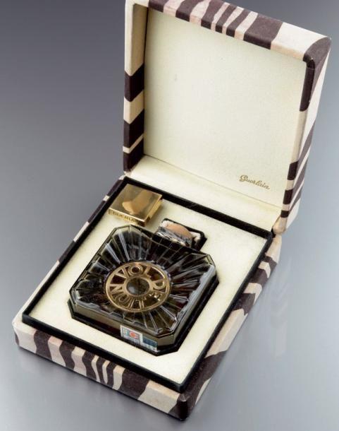 Guerlain «Vol de Nuit» - (1933) Présenté dans son coffret cubique carré en peuplier gainé de papier zèbré noir et blanc, rare version export «Vol de Nuit - Avion» en verre fumé pressé moulé de section… - Lombrail-Teucquam - 03/12/2012