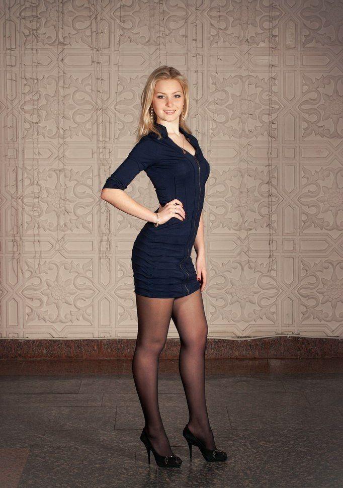 les 43 meilleures images du tableau mini jupes et talons sur pinterest collants belles femmes. Black Bedroom Furniture Sets. Home Design Ideas