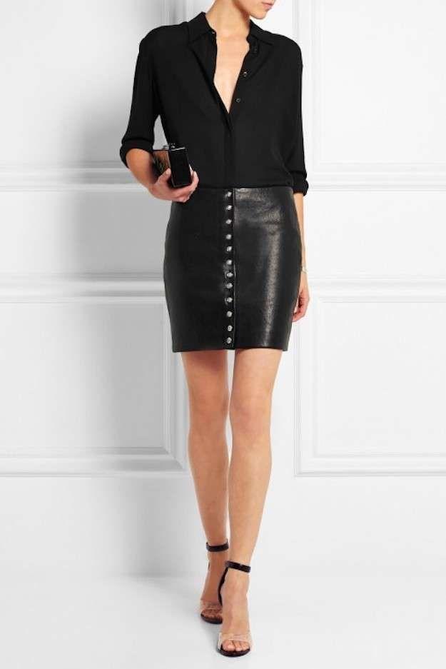 Outfits con falda de piel: fotos de los looks - Minifalda con botones de cuero