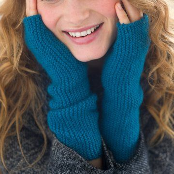 Des mitaines tricotées au point mousse, bleu canard, accessoire, hiver / Mitts knit in the garter stitch, blue, winter