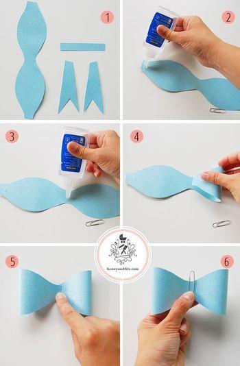 1. カラーペーパーを下書きどおりに切り出しておきます。砂時計形が1枚、長方形のタブが1枚、テール形が2枚の計4枚のパーツになります。 2〜3. 砂時計形のパーツの中央と、両端の裏側にのりを付けます。 4〜5. 端のパーツを少し重なるように中央に持ってきて、蝶結びの形を作ります。 6. のりが乾くまでペーパークリップではさんでおきます。