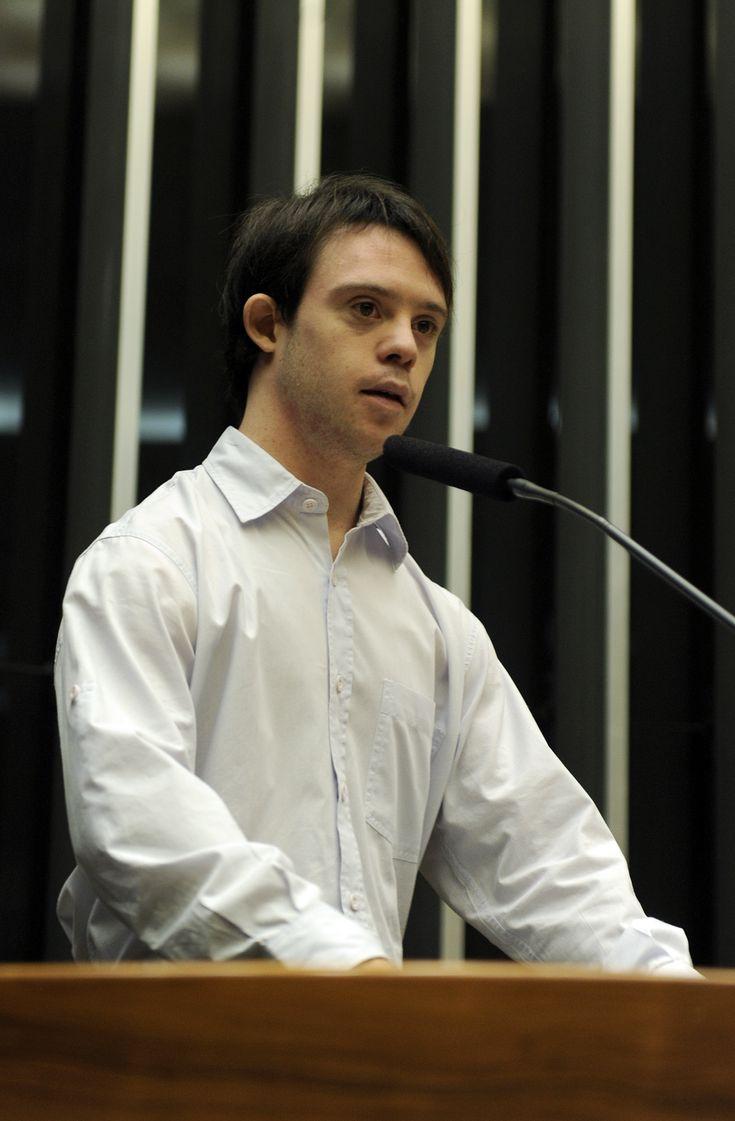 Deputados criticam restrição a direitos civis de pessoas com Down.   Samuel Sestaro discursa