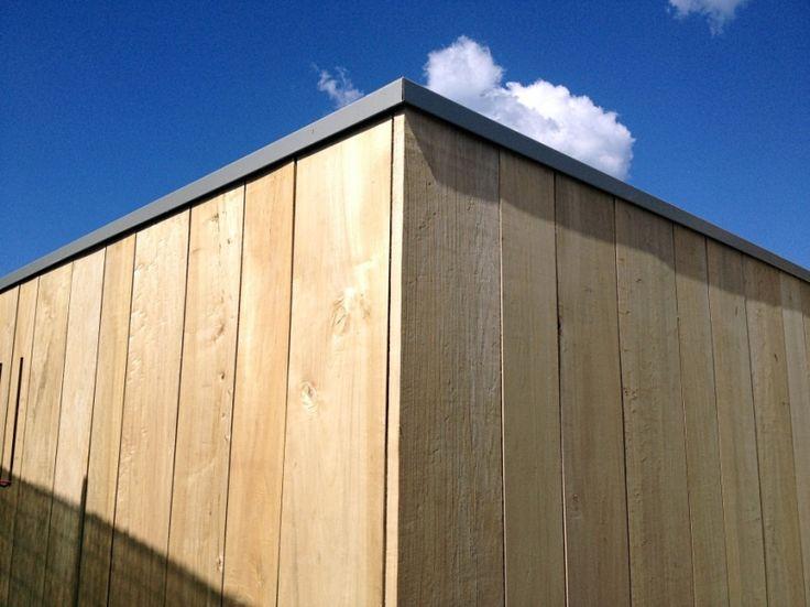 PIOPPO NATURALE con doghe di diversa larghezza. Rivestimento in legno per pareti esterne su una casa prefabbricata in legno Jove.