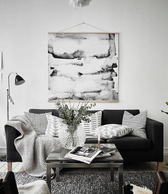 Grand classique le salon noir et blanc au style scandinave crée la surprise avec cette affiche