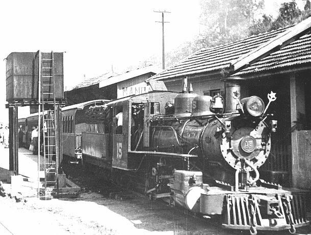 Locomotiva nrº 15 do Tramway da Cantareira, uma Alco 2-6-0 construída em 1920, quando abastecia-se de água junto à estação do Mandaqui, com uma composição de diversos carros de madeira. Foto Carlheinz Hahmann, 1956. Acervo Tony Belviso (BSA-I)
