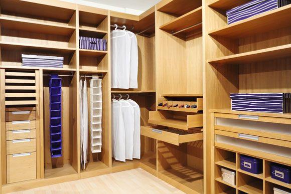 Prateleiras e gavetas são importantes para organizar o closet (Foto: Shutterstock)