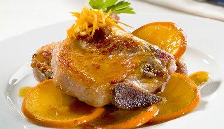 El contraste del cítrico con la carne es una combinación de sabores muy apreciada. Prepara estas chuletas y disfruta de este sencillo y sabroso plato.
