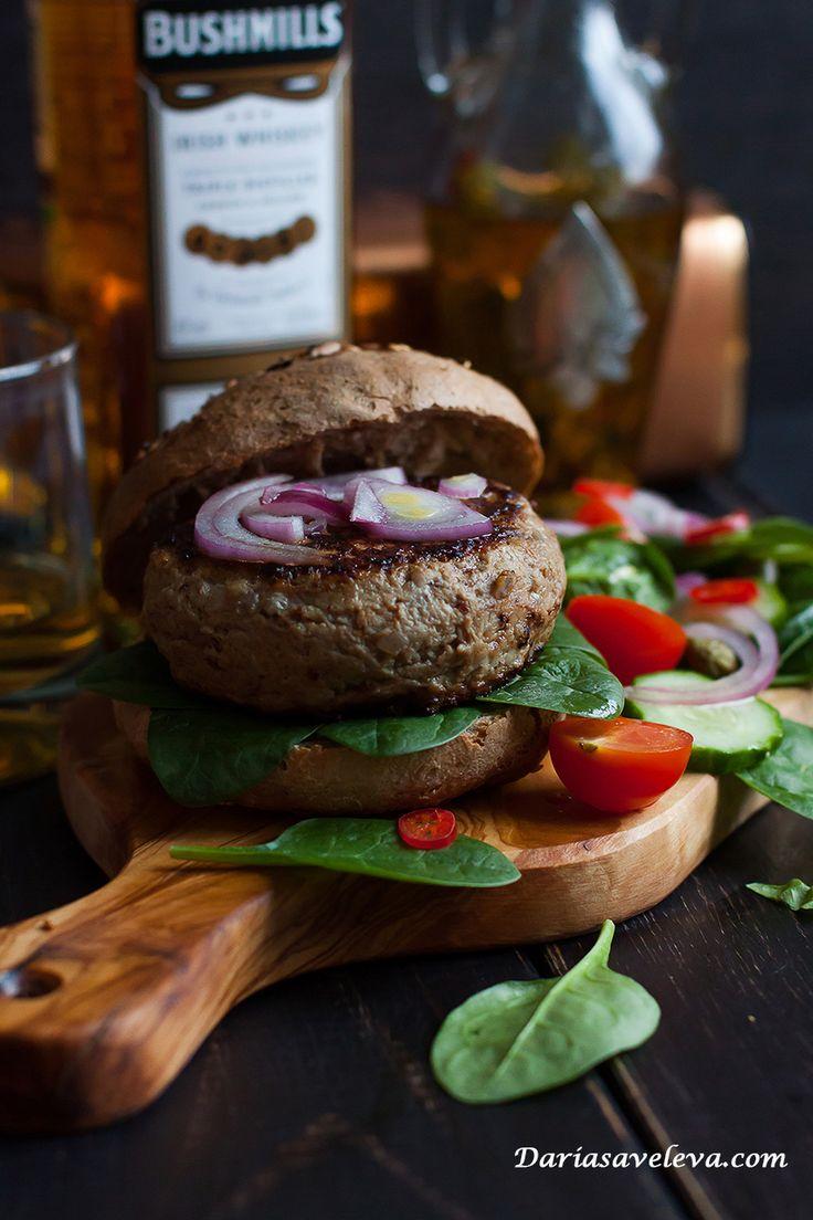 Daria Saveleva | Брутальные говяжьи бургеры с виски и голубым сыром от Тани