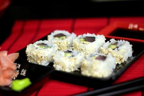 Sushi Uramaki z Tuńczykiem - Efektowne i smaczne sushi. W naszym przepisie użyliśmy tuńczyka oraz delikatnego serku philadelphia i soczystego awokado, Smakuje niesamowicie, Sprawdź i zostaw nam swój komentarz :)