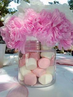 Centro de mesa de baby shower con malvavisco y flores de papel