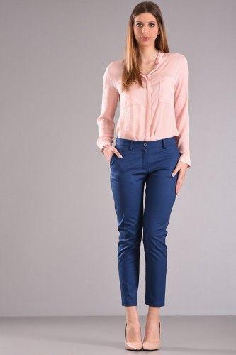 Παντελόνι chinos μέχρι τον αστράγαλο με φιλέτο τσέπη στο πίσω μέρος σε ίντιγκο χρώμα από βαμβακερό ύφασμα με ελαστικότητα. 41,90€    Μεγέθη : Medium / Large / Xlarge  Χρώμα : Ιντιγκο  Σύνθεση : 97%COT 3%EL