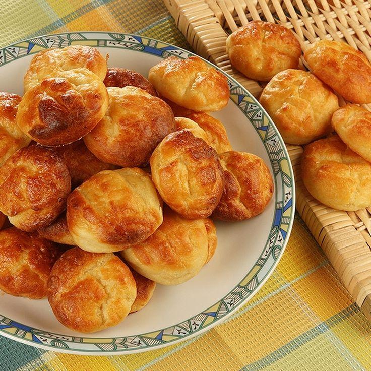 Krumplis pogácsa - Hozzávalók:  50 dkg héjában főtt áttört burgonya, 50 dkg liszt, 20 dkg libazsír (lehet vaj is), 2 db tojássárgája, 5 dkg élesztő, só, 1 db tojás a kenéshez