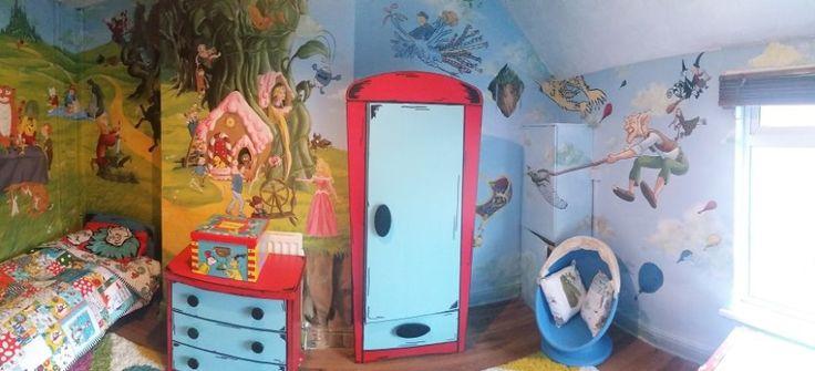 """Non è una semplice stanza, ma un vero mondo delle fiabe. Ecco cosa questa mamma molto creativa per incoraggiare la figlia a leggere! La camera si è trasformata in un libro delle fiabe, tutto è curato nei minimi particolari, dal pomello della porta di """"Alice nel paese delle meraviglie"""" al copriletto. Il sogno di ogni bambino!"""