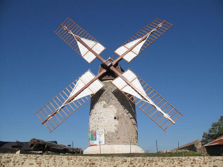 Découvrez les #Moulins d'#Ardenay! Admirez ces deux moulins à vent perchés sur les hauteurs du joli hameau d'Ardenay, un ancien village de mineurs. #loirelayon #valdeloire #loirevalley #jaimelanjou #jaimelafrance #patrimoine