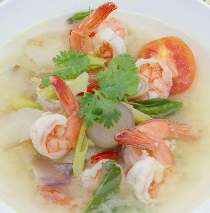 Tulinen jättikatkarapukeito, tom yam kung, on kuninkaallista alkuperää. Keitto lienee kaikkein tunnetuin thairuokalajeista.1. Kuori ravut, poista suoli, mutta jätä pyrstöt paikoilleen. Säästä päät ja ...