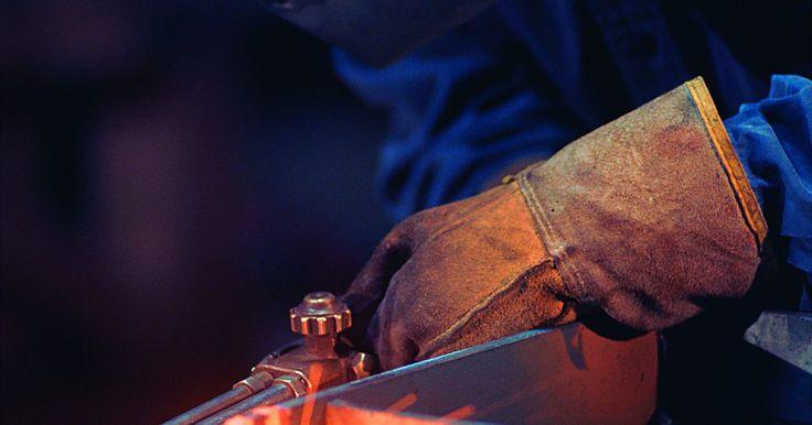 Cómo soldar metal con metal usando un soplete . Los sopletes utilizan llamas alimentadas con gas para calentar y soldar diferentes piezas. El material usado en un soplete puede ser simplemente gas o una mezcla de combustible y oxígeno. Los gases usados incluyen acetileno, propano e hidrógeno. Los sopletes permiten controlar la proporción de combustible y oxígeno para controlar la llama y su ...
