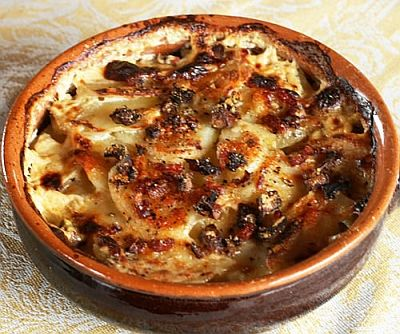 aardappels uit de oven met geitenkaas en champignons en spekjes en room. Extra toevoeging: paprika!