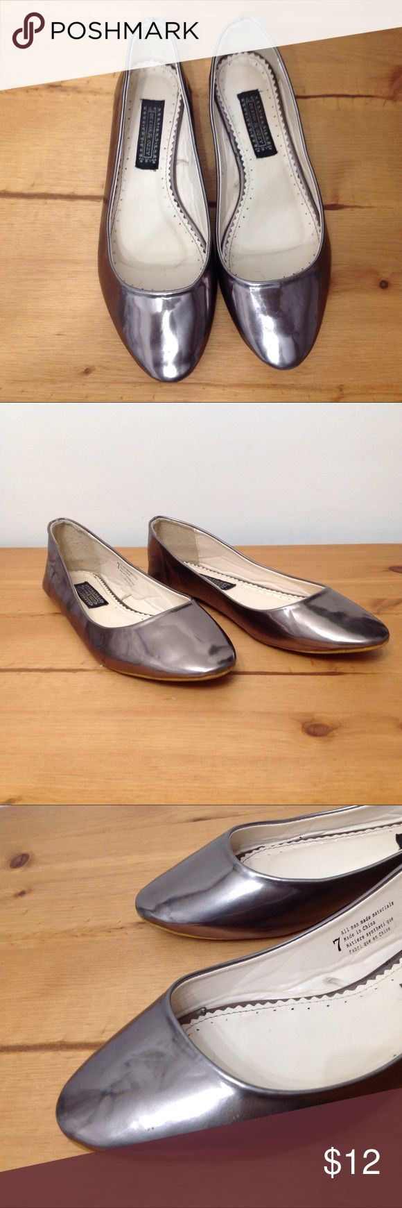 Mirror Flats size 7 Deena & Ozzy Pre-loved Deena & Ozzy ballerina flats in good condition. Some scuffs as pictured but overall great condition. Size 7. Super fast same day or next business day shipping!! Deena & Ozzy Shoes Flats & Loafers