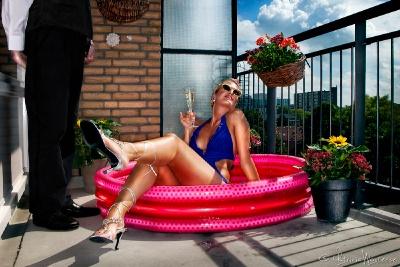 Een vrouwelijke middenstander (type Vogue) die al haar geld uitgeeft aan de nieuwste mode en trends, zolang het duur en trendy is wil zij het hebben! Zo sleept zij haar hondje, die haar status de finishing touch zou moeten geven, overal met zich mee naartoe. Echter, door haar dure smaak kan zij het zich niet meer permitteren haar vertier te vinden in de door haar zo geliefde luxueuse gelegenheden. Zij zal haar zogenaamde luxe leventje daarom moeten leiden in haar bescheiden en simpele…