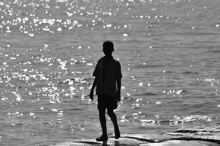 Silueta niño costa - César Uribe #blackandwhite #silueta #silhouette #boy #coast #niño #costa #mar #ocean #santamarta #photography #fotografia #galeriaMOA #MOAestademoda #arttitude