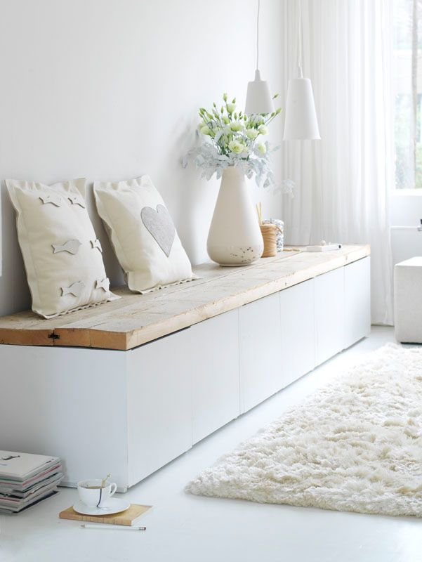 Warm and cozy white | White and wood bench | White rug | Living room interior inspiration