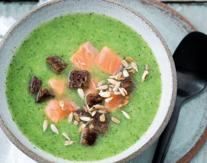 Kremet brokkoli- og purresuppe med ingefær, laks og rugbrødkrutonger - Tara