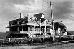 Paroisse fondée en 1904. Presbytère de Roberval,-