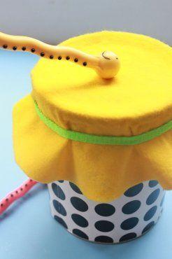 Una preciosa actividad que puedes hacer con tu bebé a partir de los 3 meses es jugar al Ritmo de los Tambores, utilizando contenedores vacíos como latas de leche para formar un tambor.