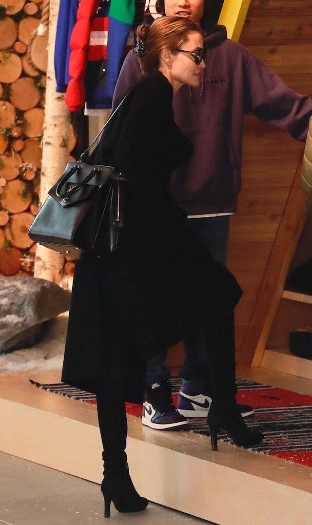 Angelina Jolie é a mais nova adepta do acessório de cabelo simples ... de29b3c48a6