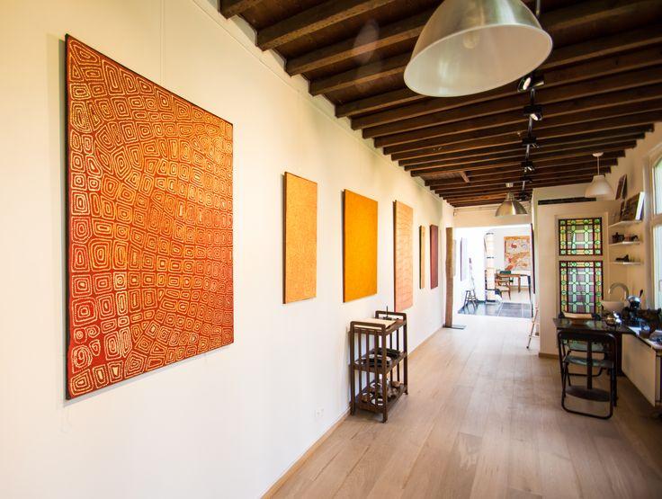 De gauche à droite : les artistes John John Bennett, Georges Tjungurrayi, présentés dans l'exposition Papunya : Big Bang.