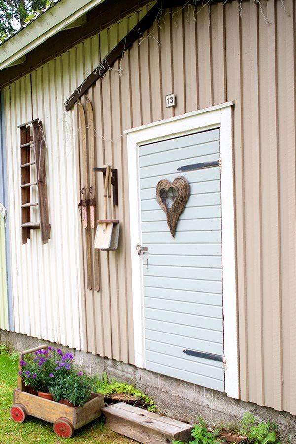 Muuttumisleikkin voittaja, Piharakennuksen piristys, on täynnä mielenkiintoisia yksityiskohtia #muuttumisleikki #tikkurila #ulkorakennus #aitta #ulkomaalaus #julkisivu #maalaus #vinha #patina #vapaaaika #puutalo