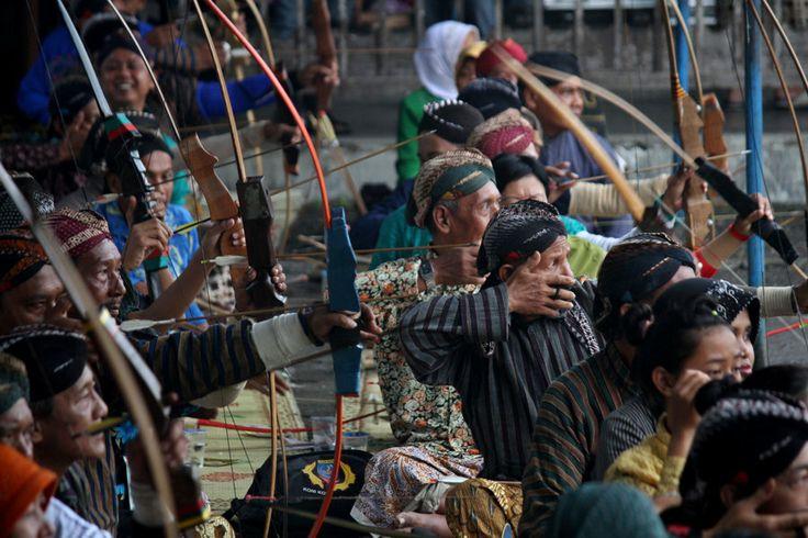 Pemanah tradisional membidik sasaran dalam Lomba Panahan Tradisional di Lapangan Kemandungan, Alun-Alun Selatan, Yogyakarta, Selasa (4/2). L...