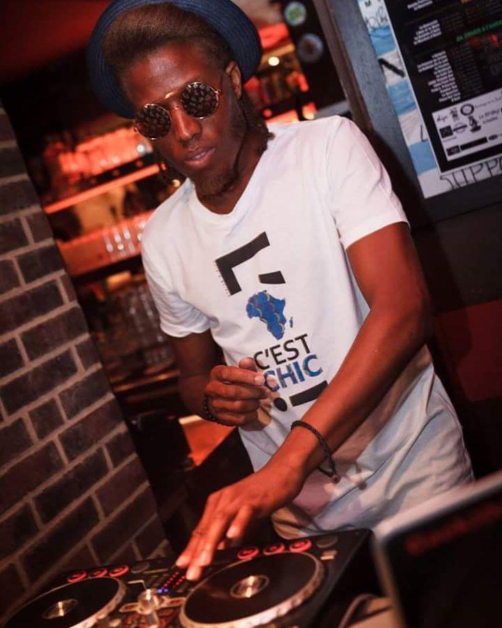 Il n'y a pas de bonne ou de mauvaise manière de mixer une soirée. Il n'y a que de bon ou de moins bon Deejays (Djs). #mix #clubbing #club #pioneer #pioneerdj #Chill #hat #bartender #bar #liquor #gookimzsh #mzsh #buttons #ambiance #glasses #lunetteronde #nomusicnolife #musique #music #chapeau #filter #tee #goldskin #reloop #concentration #light #model #instalike #instago #free