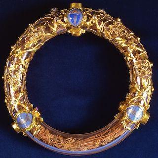 La Sainte Couronne d'épine à la cathédrale Notre-Dame. Depuis 1896, elle est conservée dans un tube de cristal et d'or, couvert d'une monture ajourée figurant une branche de zizyphus ou Spina Christi – arbuste qui a servi au couronnement d'épines. Ce reliquaire, offert par les fidèles du diocèse de Paris, est l'œuvre de l'orfèvre M. Poussielgue-Rusand (1861-1933) d'après les dessins de l'architecte J.-G. Astruc (1862-1950).
