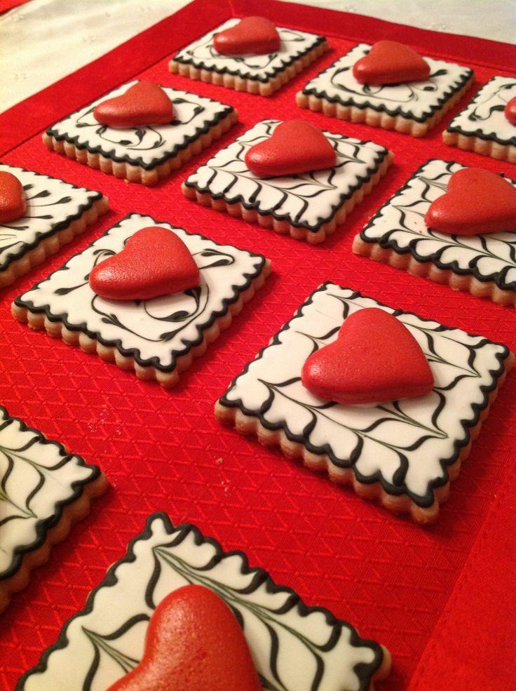 Valentine decorated cut-out hearts sugar cookies. Valentine's Day hearts cookie decorating. Galletas decoradas de Valentin.
