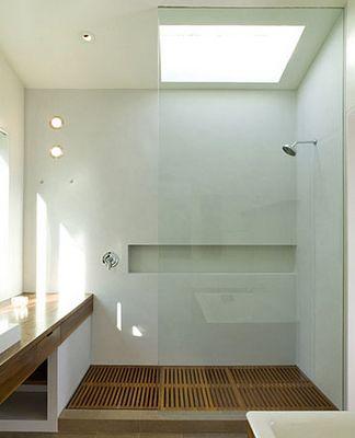 douche met houten vloer, gestucte muur en grote nis