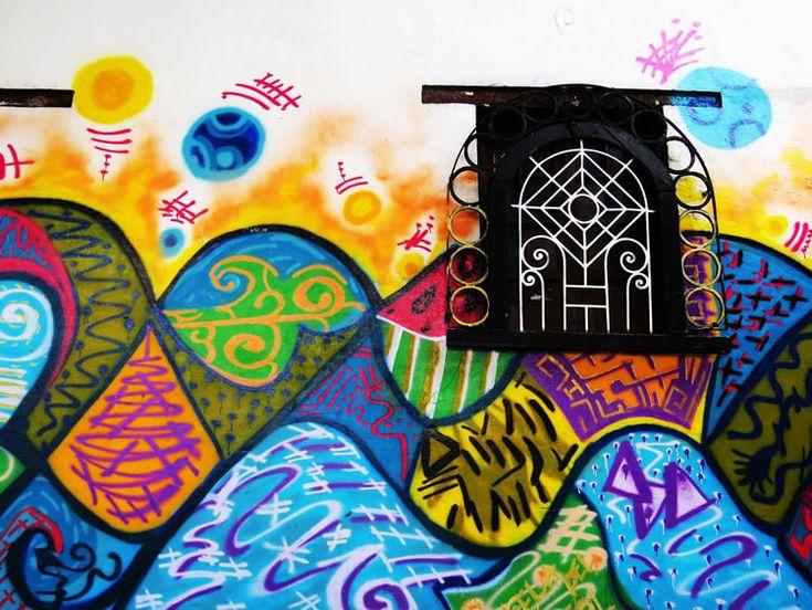 Mural colorido que atraviesa una ventana en el Chorro de Quevedo
