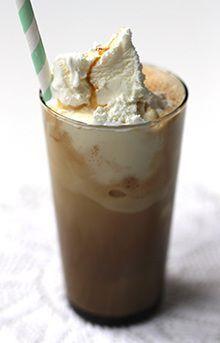 Koffie milkshake. Doe 1 kop koffie, 200 ml volle melk en 450 ml slagroomijs in een blender en mix in 15 seconden tot een milkshake.
