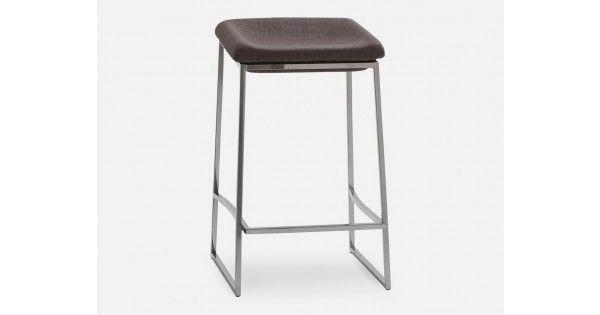 Prendre place sur un tabouret n'aura jamais été aussi agréable, grâce à Coco. Sa base d'acier inoxydable chromé s'élève à 66 cm, supportant un siège rembourré (si confortable que vous ne voudrez plus en descendre!) recouvert de 100% dacron. Que vous l'installiez à l'ilot de la cuisine, au bar du salon ou à dans la salle de conférence au bureau, Coco performe autant au travail qu'à la maison.