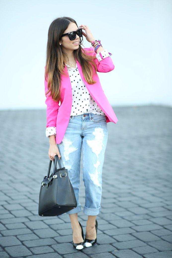 Calças de ganga clara + camisa bolinhas + casaco malha rosa + botas pretas